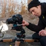 John flyttar kameran någon bråkdels milllimeter åt gången.